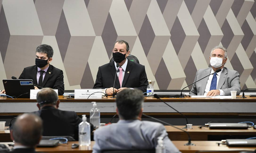 """CPI da Covid: imagem atrás dos senadores Randolfe Rodrigues; Omar Aziz e Renan Calheiros: """"Não entendo como arte"""", diz o criador, que estudou Design Foto: Jefferson Rudy / Agência O Globo"""