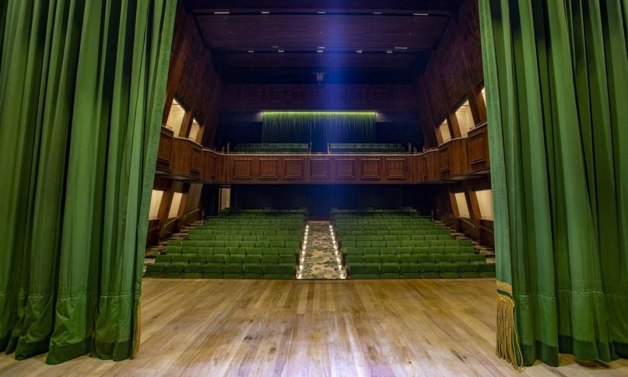 O palco e a plateia do novo Teatro Copacabana Palace, totalmente reformado Foto: Ana Branco / Agência O Globo