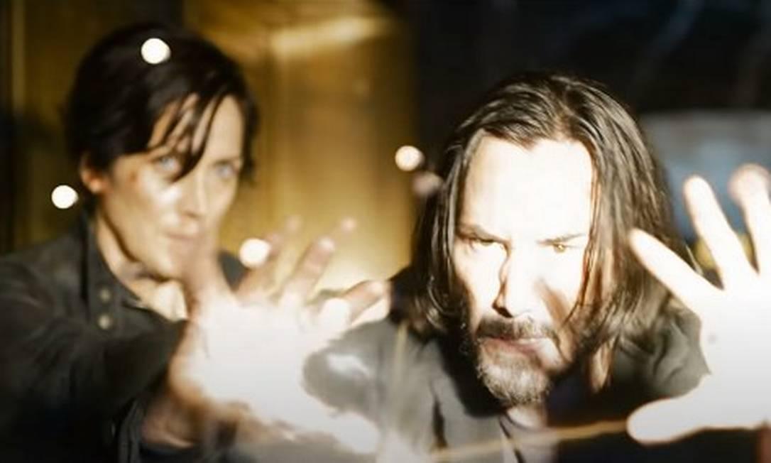 Os personagens Neo (interpretado pelo ator Keanu Reeves) e Trinity (Carrie Anne Moss) em cena de 'Matrix 4' Foto: Divulgação