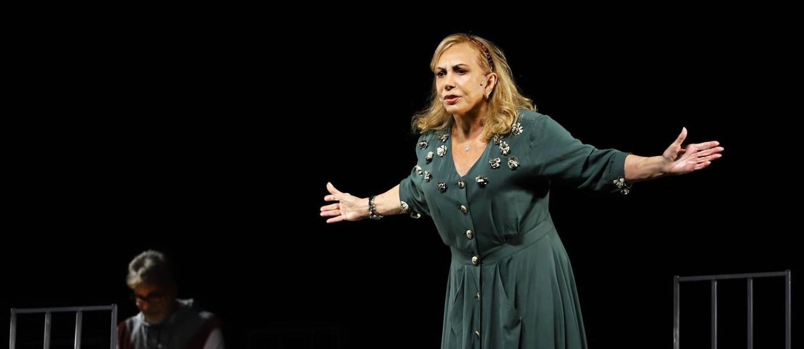 Arlete Salles em cena da peça 'Ninguém dirá que é tarde demais' Foto: Guga Melgar / Divulgação