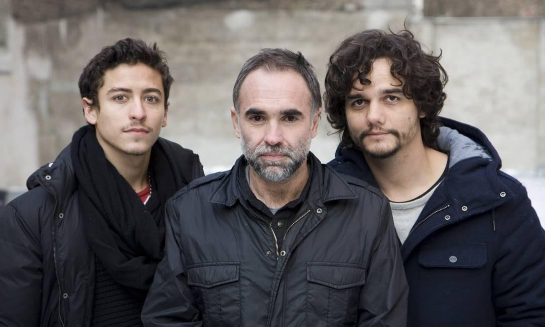 Karim Ainouz, entre os atores Jesuita Barbosa e Wagner Moura, de 'Praia do Futuro' Foto: / Divulgação
