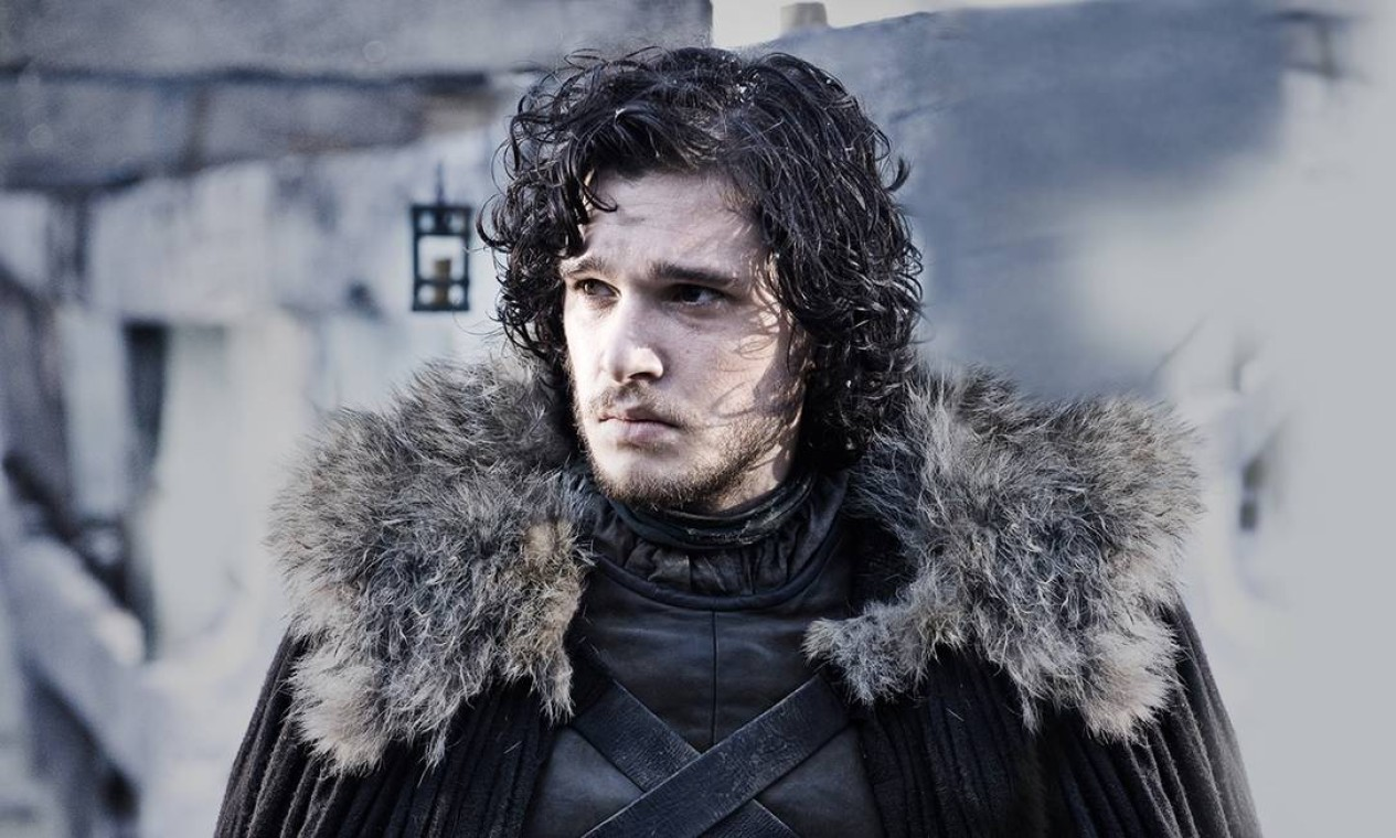 Capturado diurante uma missão Além-da-Muralha, Jon Snow acaba conhecendo melhor os Selvagens e seu líder, Mance Rayder. Vive conturbado romance com Ygritte e começa a entender quem é o verdadeiro inimigo de Westeros: os Caminhantes Brancos. Foto: Divulgação