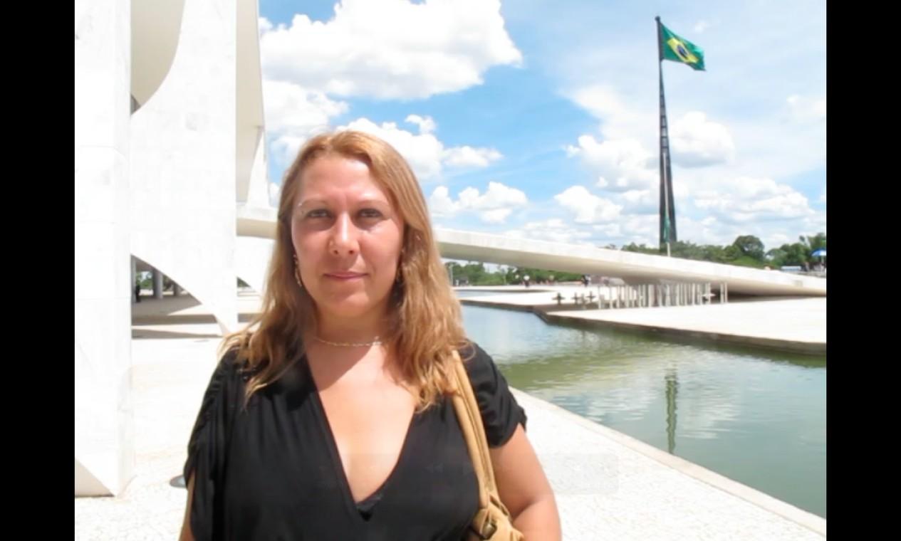 A doméstica Simone foi a primeira a chegar para o velório do corpo do arquiteto no Palácio do Planalto Foto: Guilherme Amado / O Globo