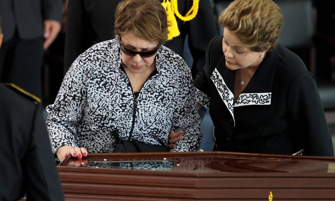 Presidente Dilma Rousseff ampara a viuva Vera Lúcia, durante o velório do arquiteto Oscar Niemeyer, no Palácio do Planalto Foto: Gustavo Miranda / O Globo