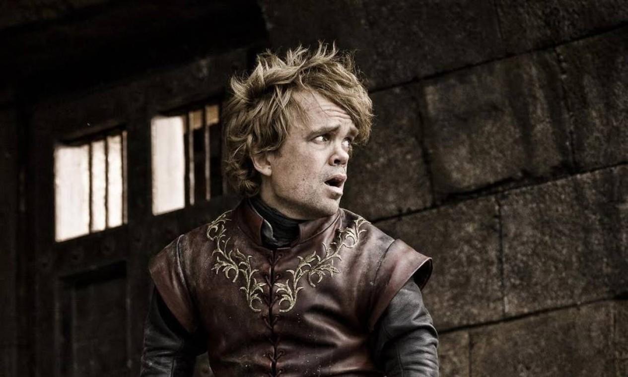 A vitória na Batalha de Blackwater não dá a Tyrion o reconhecimento que ele poderia esperar. Pelo contrário. Ele perde o cargo de Mão do Rei e é cada vez mais desprezado pelo pai e pela irmã. Com as novas alianças criadas para sedimentar o poder dos Lannister, Tywin arranja o casamento de Tyrion com Sansa Stark, outra personagem que também caiu em desgraça. Foto: Divulgação