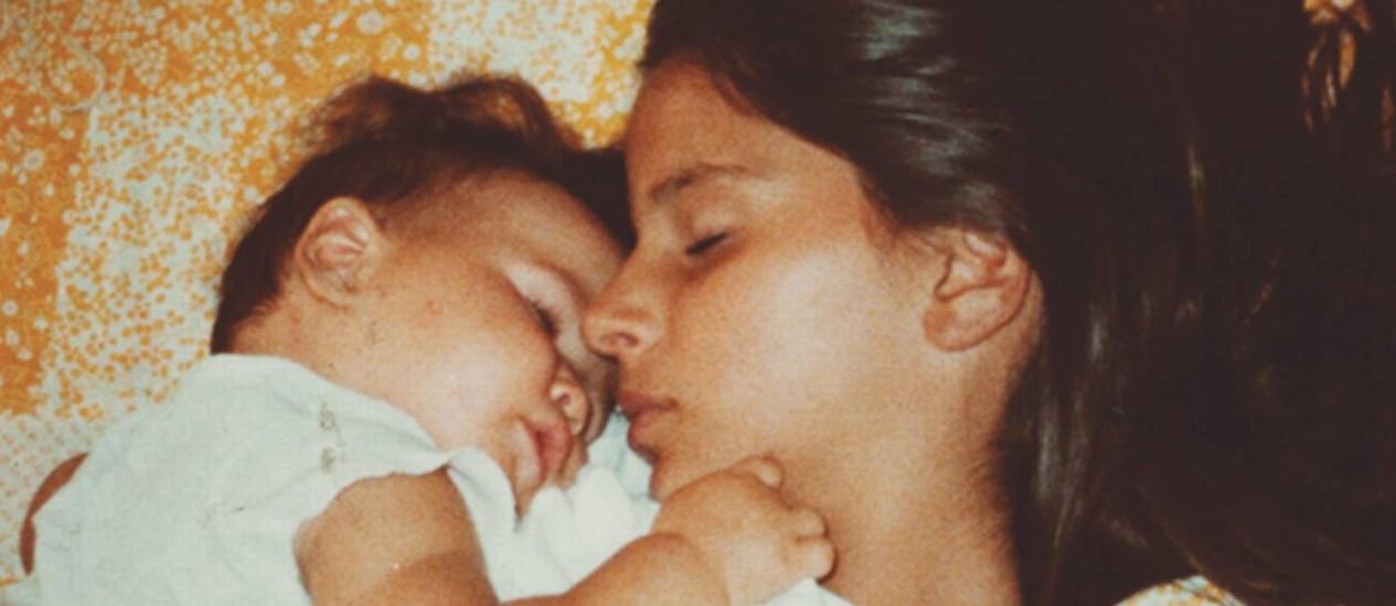 Caçula. A cineasta Petra Costa, ainda bebê, com sua irmã mais velha, Elena Foto: Divulgação