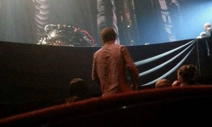 Funcionários entram no palco momentos após o acidente no musical do 'Homem-Aranha' Foto: Gabriel Oliveira/Reprodução da internet