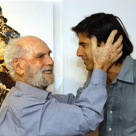 Krajcberg com o cineasta Walter Salles em 2005 Foto: Paulo Jabur / Divulgação