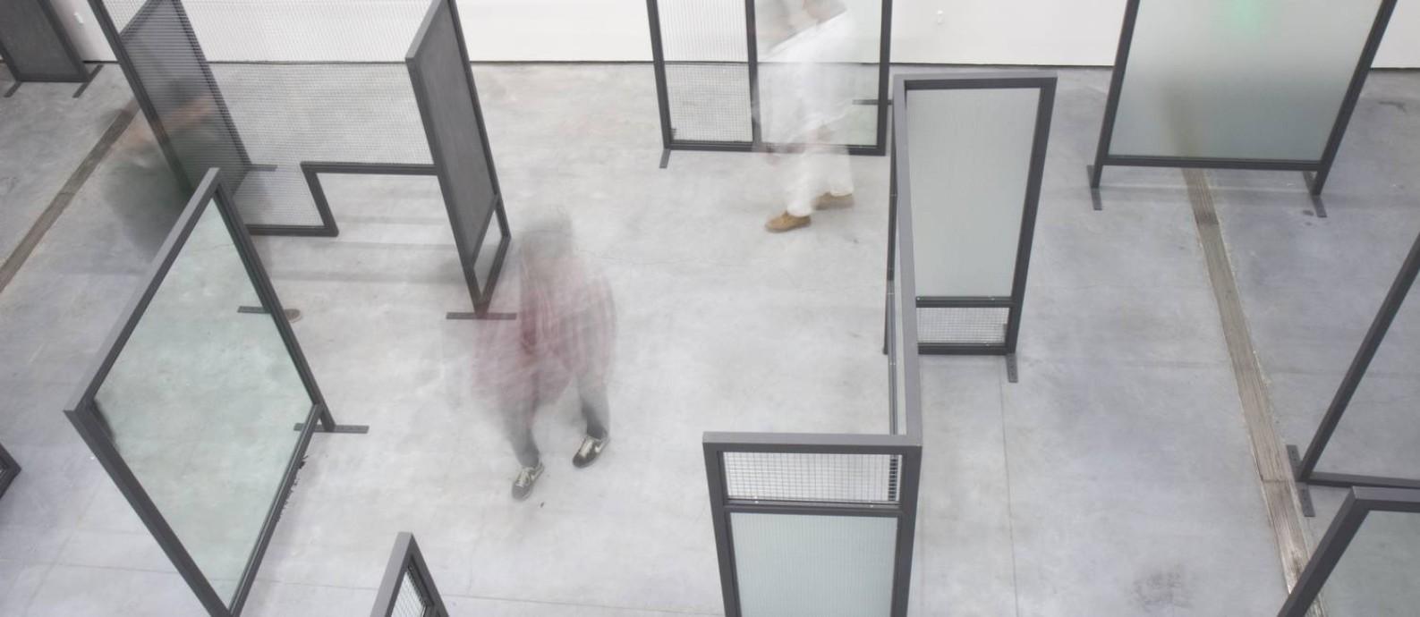 André Komatsu trabalhou em Pequim para construir a instalação labiríntica da exposição Foto: Divulgação
