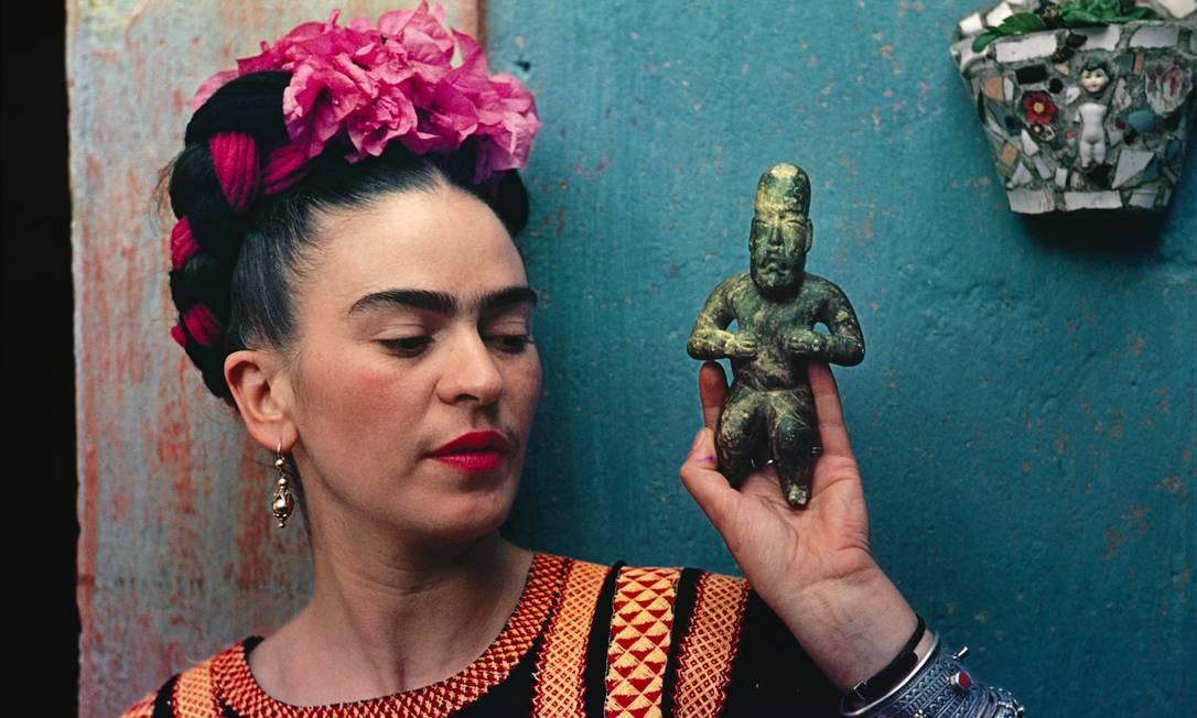 Exposição 'Frida Kahlo making her self up', no Museu Victoria and Albert (V&A), em Londres. Frida Kahlo com figura Olmec, 1939 Foto: Divulgação / Nickolas Muray