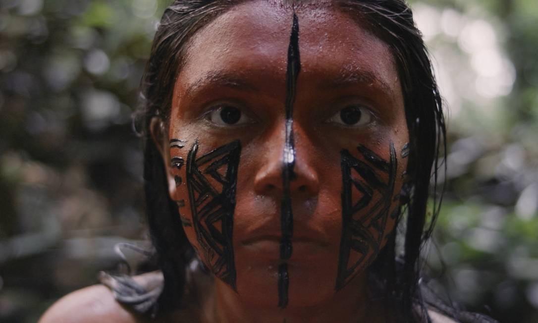 """ZAHY GUAJAJARA.Atriz, fotógrafa e performer, Zahy tem 29 anos e nasceu na Reserva Indígena Cana Brava, no Maranhão. Na performance """"Aiku'è"""" (""""r-existo""""), ela surge pintando o rosto e o corpo ora com terra ora com produtos de maquiagem. Foto: Divulgação"""