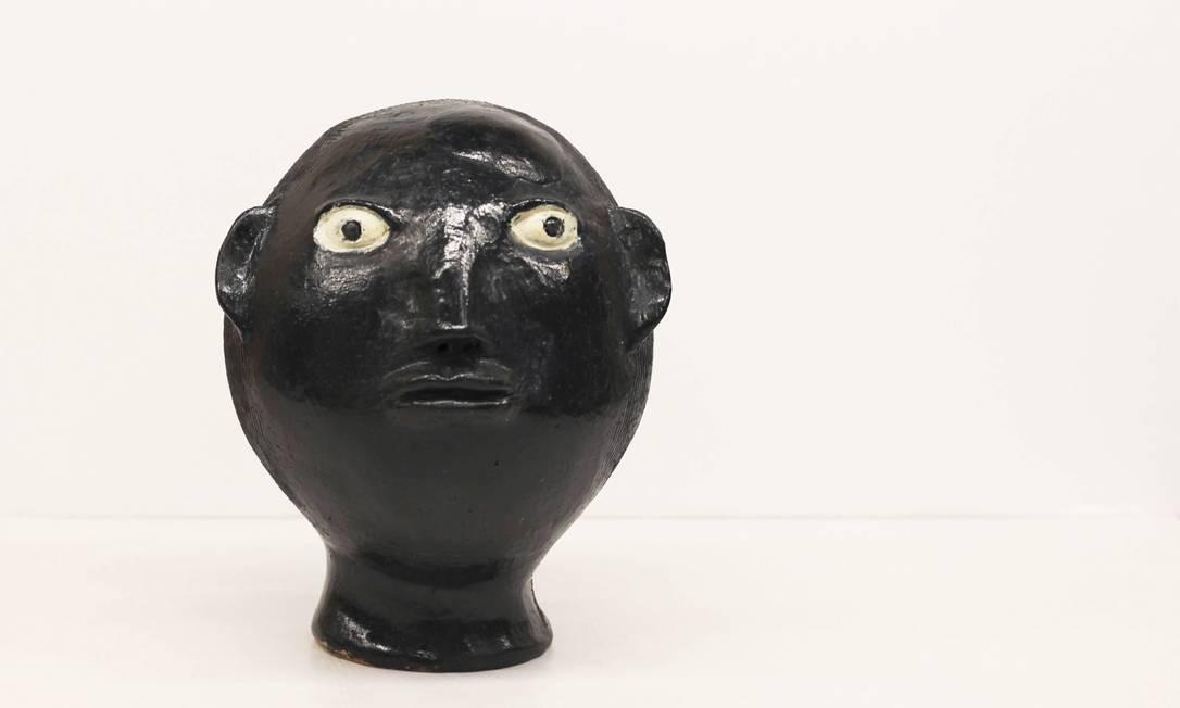 MESTRE IRINEIA. Nascida no povoado quilombola de Muquém, em 1949, a artista recria a tradição ceramista da região do Quilombo dos Palmares (Alagoas), com esculturas de cabeças que remetem à cultura afro. Foto: Alberto S. Cerri / Divulgação