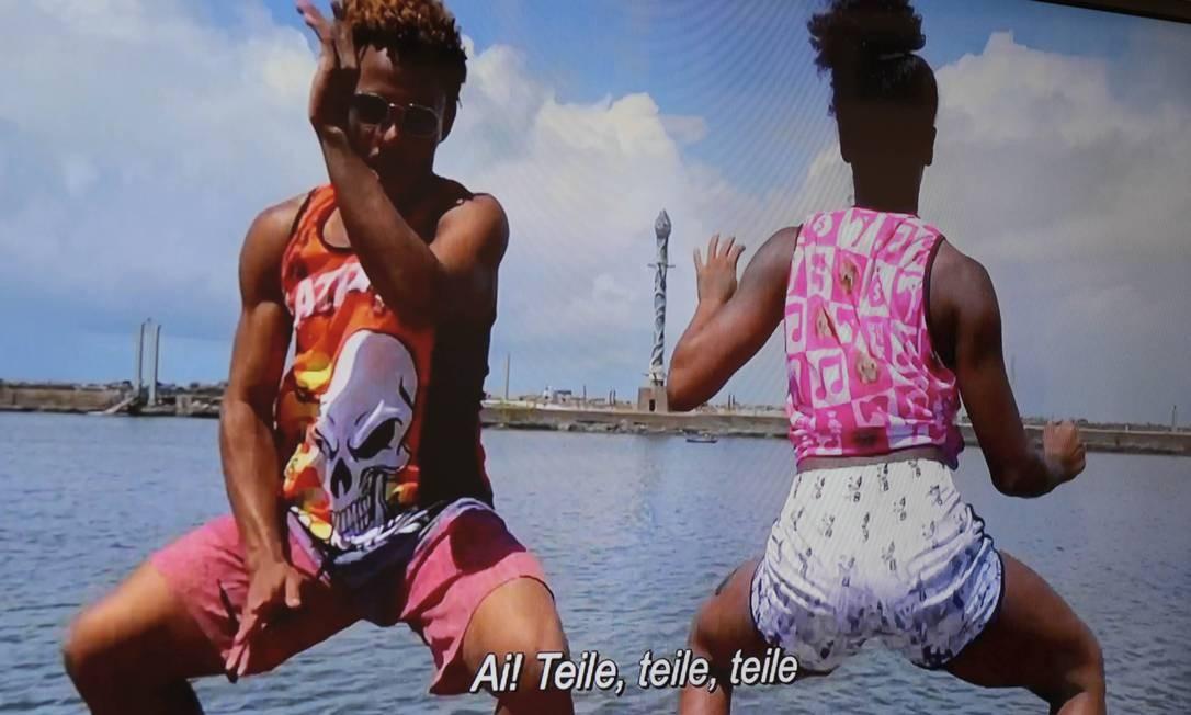 """ALCIONE ALVES. Influencer digital, a recifense de 29 anos usa o Instagram como plataforma para disseminar um vocabulário próprio. """"Teile"""" e """"zaga"""", expressões inventadas por ela, viralizaram pelo país. Em vídeo, ela registra uma dupla que dança diante de cartões-postais de Recife. Foto: Alberto S. Cerri / Divulgação"""