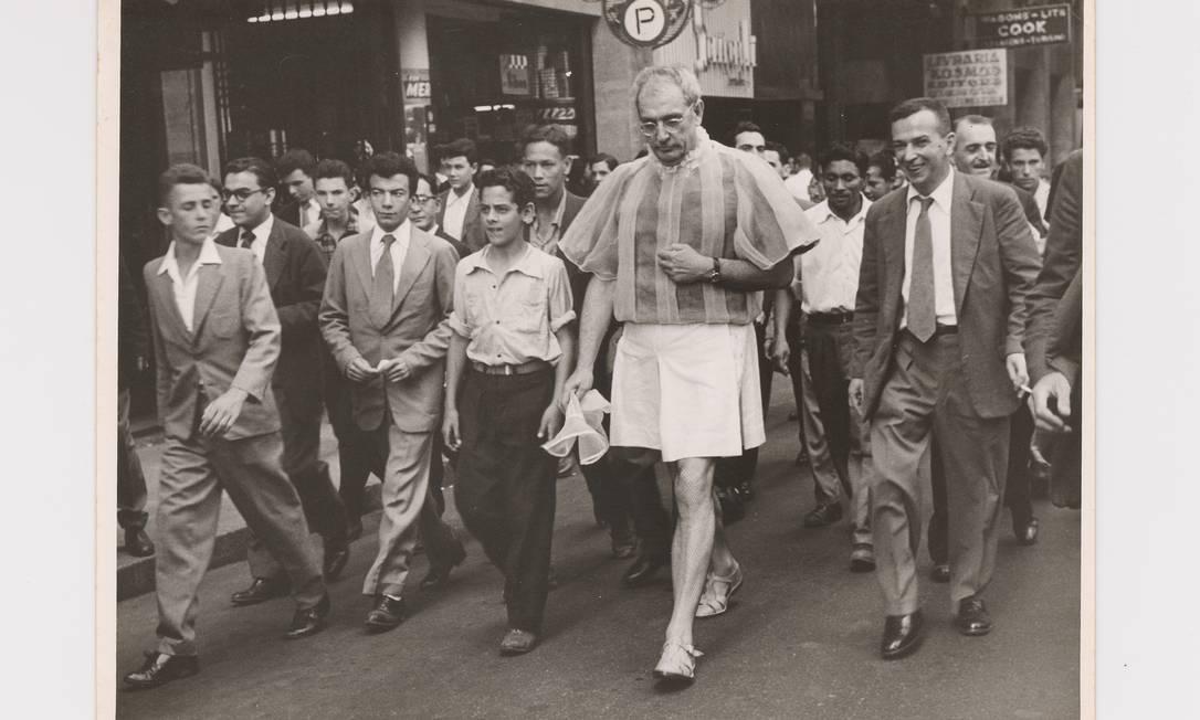 'Experiência nº 3', de 1956, com Flávio de Carvalho andando pelas ruas de São Paulo com seu 'traje de verão', acompanhado pela multidão Foto: Arquivo CEDAE - IEL/Universidade Estadual de Campinas