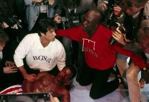 Carl Weathers (deitado), Sylvester Stallone e Tony Burton em cena de 'Rocky V' Foto: Reprodução