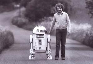 Tony Dyson quando jovem ao lado de sua criação, R2-D2 Foto: Reprodução / Facebook