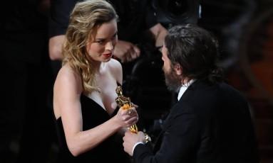 Brie Larson entrega a estatueta para Casey Affleck, que venceu o prêmio de melhor ator por 'Manchester à beira-mar' Foto: LUCY NICHOLSON / REUTERS