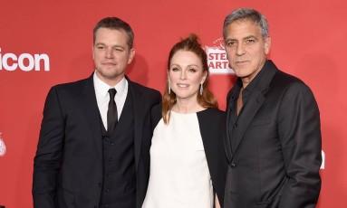 """O ator Matt Damon, a atriz Julianne Moore e o diretor George Clooney no lançamento do filme """"Suburbicon"""", no último domingo, em Los Angeles Foto: Kevin Winter / AFP"""