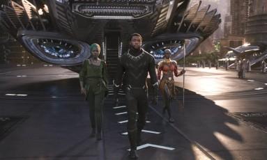 O ator Chadwick Boseman (ao centro) interpreta o super-herói protagonista Foto: Divulgação
