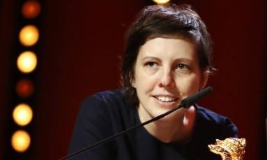 """A diretora, roteirista e produtora romena Adina Pintilie recebe o seu Urso de Ouro de melhor filme por """"Touch Me Not"""" Foto: FABRIZIO BENSCH / REUTERS"""