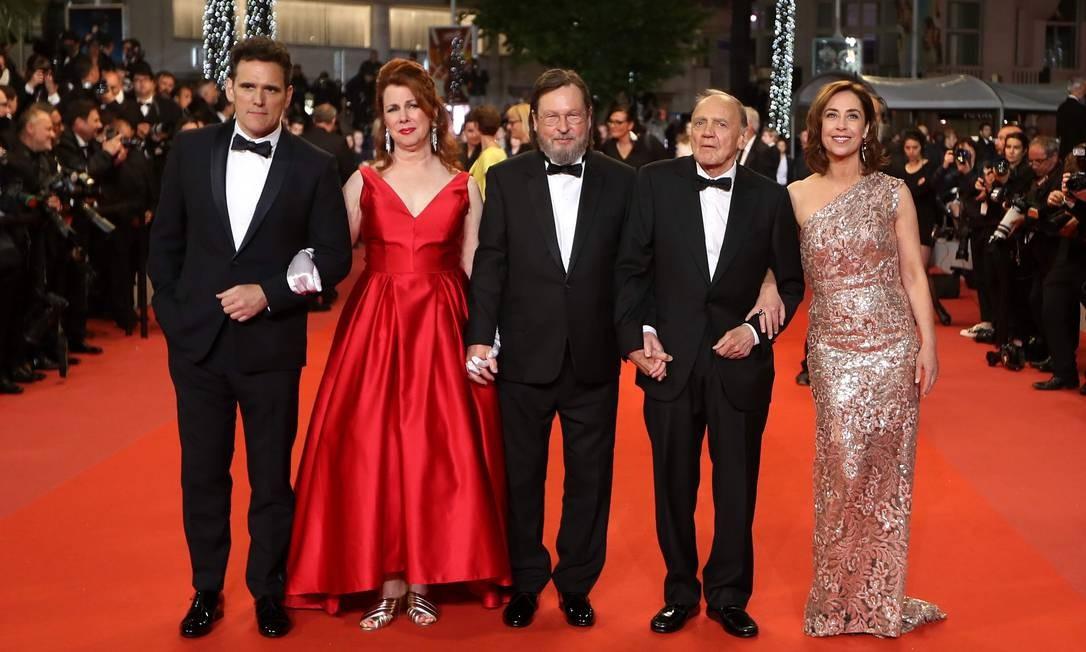 No tapete vermelho de Cannes (da esquerda para a direita): os atores Matt Dillon e Siobhan Fallon Hogan, o cineasta Lars Von Trier, além dos atores Bruno Ganz e Sofie Grabol Foto: VALERY HACHE / AFP