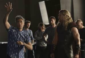 Taika Waititi e Chris Hemsworth na filmagem de
