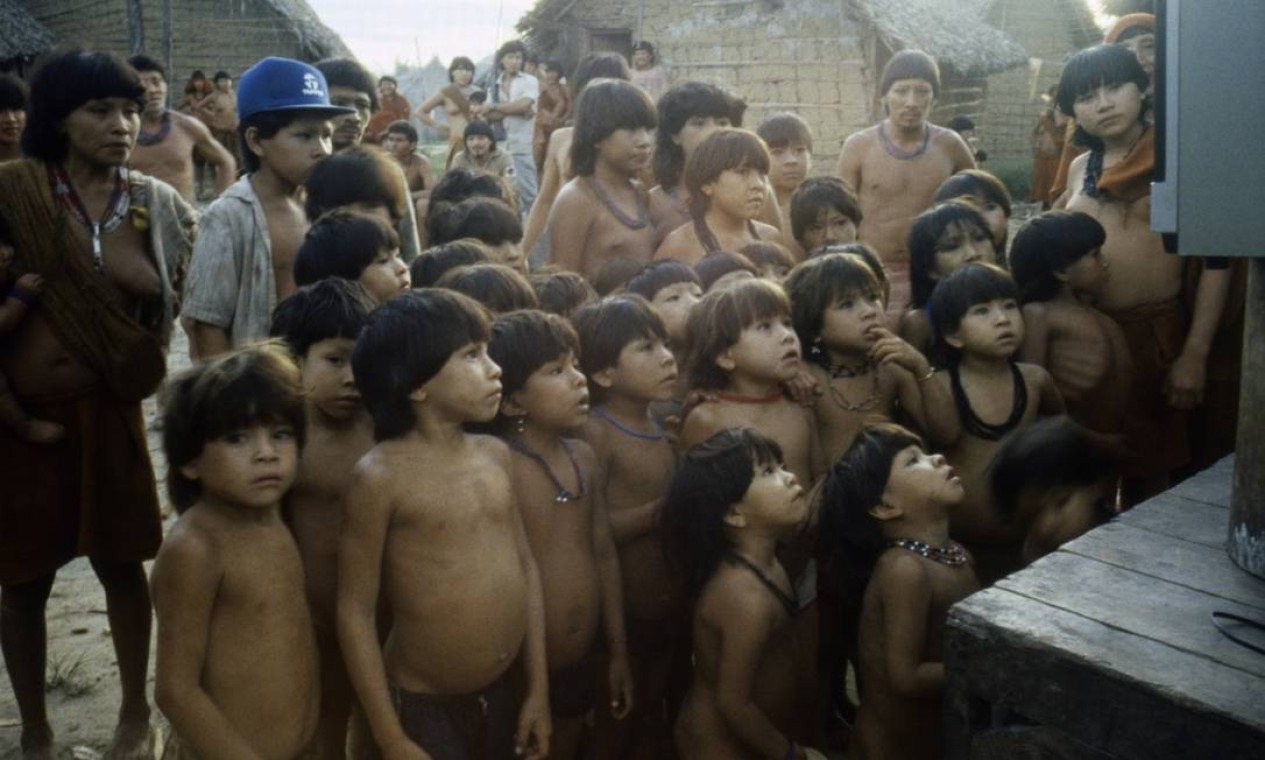Os Araweté assistindo a fime sobre eles, no Xingu, em 1992 Foto: Divulgação/Eduardo Viveiros de Castro
