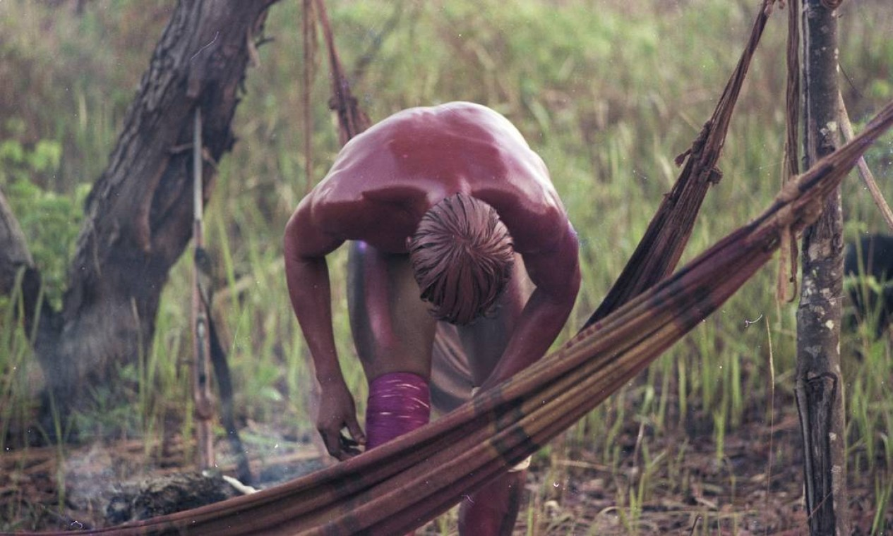 Combatente yawalapíti pinta-se para ritual do Javari, Alto Xingu, 1977. Foto: Divulgação/Eduardo Viveiros de Castro