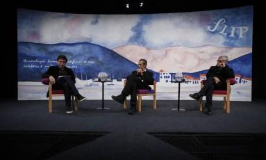 Mesa de abertura com Eucanaã Ferraz, Armando Freitas Filho e Walter Carvalho Foto: Alexandre Cassiano / Agência O Globo