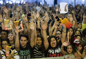 Adolescentes à espera da youtuber e escritora Kéfera, na Bienal de 2015 Foto: Fernando Lemos / Fernando Lemos