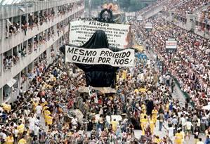 Desfile da Beija-Flor de 1989, com o carro do Cristo Mendigo escondido em saco plástico Foto: Ricardo Leoni / Agência O Globo