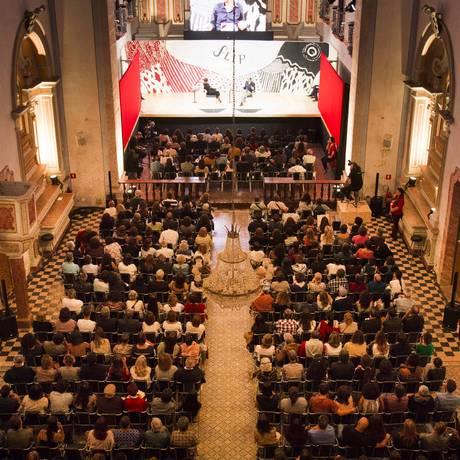 Mesa da Flip 2017 ocorrida dentro da Igreja Matriz, com Pilar del Rio e Alexandre Vidal Foto: Mônica Imbuzeiro / Agência O Globo
