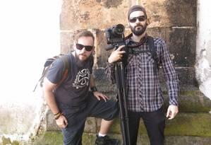 O booktuber Yuri Al'Hanati e o câmera Murilo Ribas, do canal Livrada Foto: Ana Carolina Santos / Agência O Globo