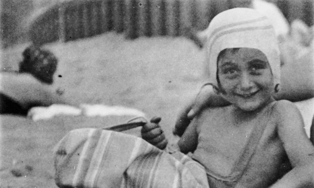 Anne Frank aos 5 anos, tomando sol Foto: Divulgação