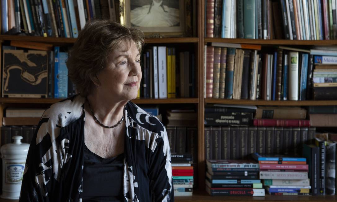 A escritora Livia Garcia-Roza em sua casa Foto: Marcos Ramos / Agência O Globo