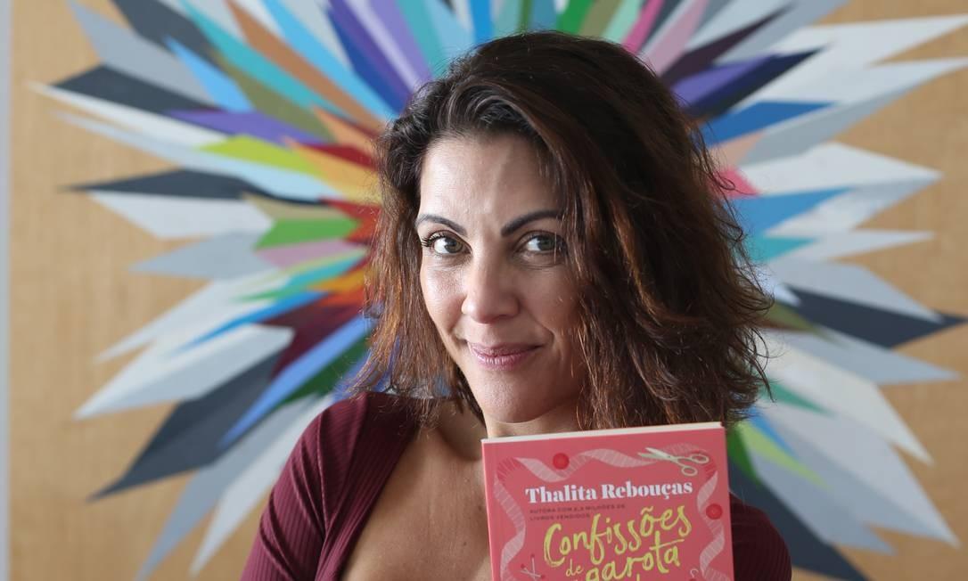 Thalita Rebouças com o livro 'Confissões de uma garota linda, popular e (secretamente) infeliz', que ela lançou hoje na Bienal Foto: Pedro Teixeira / Agência O Globo