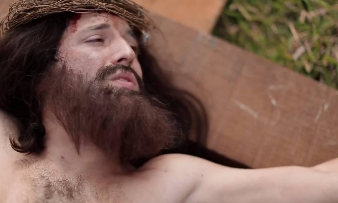 O ator Gregorio Duvivier interpreta Jesus Cristo em uma das esquetes de humor do Especial de Natal do canal Porta dos Fundos Foto: Reprodução / YouTube