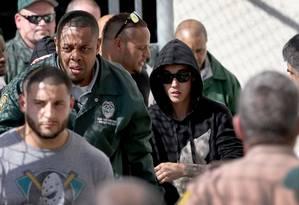 Justin Bieber deixa o presídio Turner Guilford Knight, em Miami, na Flórida, após pagar fiança de US$ 2.500 Foto: JOE RAEDLE / AFP