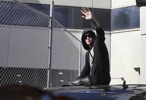 Cantor Justin Bieber acena para os fãs ao deixar o presídio Turner Guilford Knight, em Miami, nesta quinta-feira Foto: CW Griffin / REUTERS