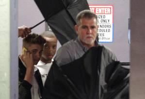 Justin Bieber deixa o escritório de seu advogado, em Miami, depois de prestar depoimento para esclarecer acusação de agressão a um fotógrafo Foto: Luis M. Alvarez / AP