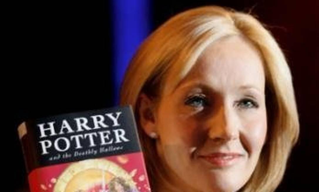J.K. Rowling posa com uma cópia do último livro da série Harry Potter, em Londres Foto: Alessia Pierdomenico / Divulgação