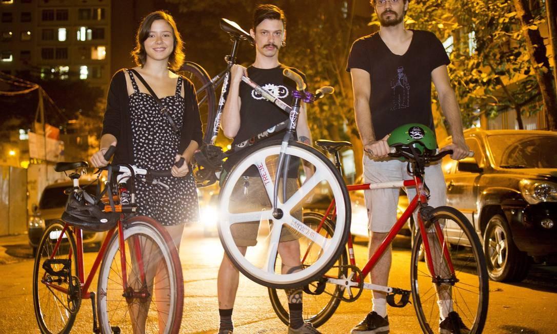 Mariana Gautherot, Ciro Luporini e Vinícius Tesfon vão a mais de um lugar por noite com a bicicleta Paula Giolito / Agência O Globo