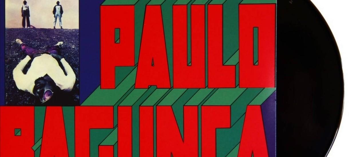 """O músico, deitado, na foto da capa do LP """"Paulo Bagunça e a Tropa Maldita"""" Foto: Reprodução / Reprodução"""