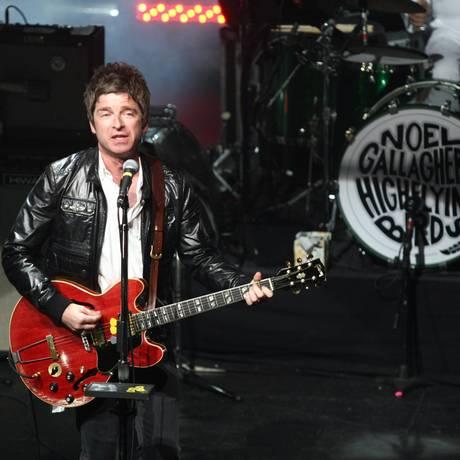 Noel Gallagher com sua banda High Flying Birds, em 2012 Foto: Paula Giolito / Agência O Globo