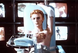 Bowie como um alienígena no filme