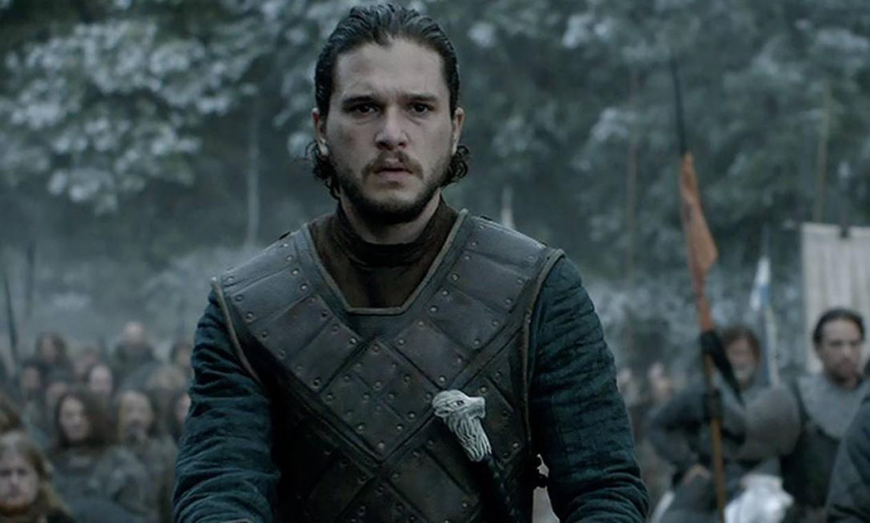 Jon Snow não aceita o cargo de Lorde de Winterfell, oferecido por Stannis Baratheon e segue fiel à Patrulha da Noite, sendo escolhido como novo Lorde Comandante. Para garantir os homens que a Patrulha precisa para se defender, permite que os Selvagens se estabeleçam ao sul da Muralha, numa decisão fatal. Considerado traidor por parte de seus comandados, é assassinado a facadas. Foto: Divulgação
