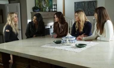 Cena do episódio que marca o fim da temporada de verão de 'Pretty little liars' Foto: Tom Ron / Reprodução / Facebook