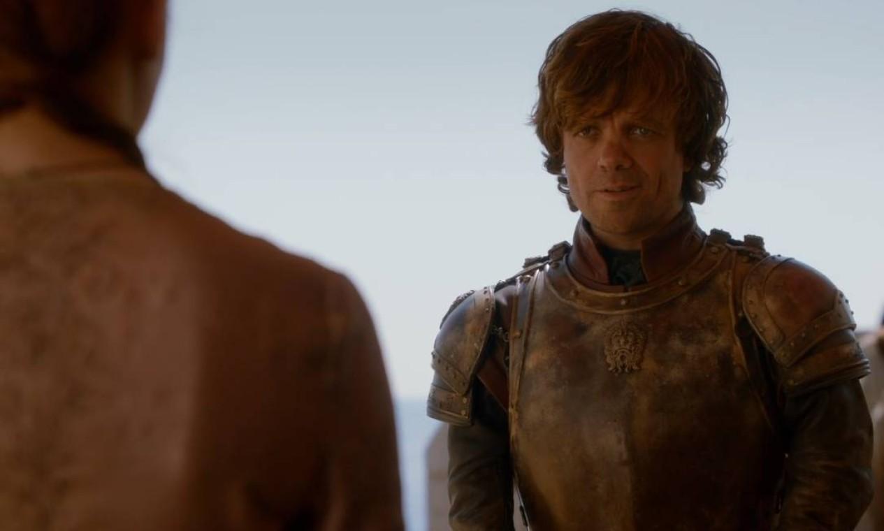 O Lannister mais carismático divide seu tempo entre a boemia e o cargo de Mão do Rei. Na ingrata tarefa, precisa administrar a crueldade e arrogância do jovem rei Joffrey; a desconfiaça de sua irmã, Cersei; e o desprezo de seu pai, Tywin. Em meio a tudo isso, negocia alianças e tem papel fundamental na defesa da capital, durante a monumental Batalha de Blackwater. Mas sua bravura não é reconhecida e ele perde o cargo de conselheiro real para o pai. Não ouve os apelos da amante Shae para deixar a cidade e, mesmo traído, decide ficar ao lado da família. Foto: Reprodução