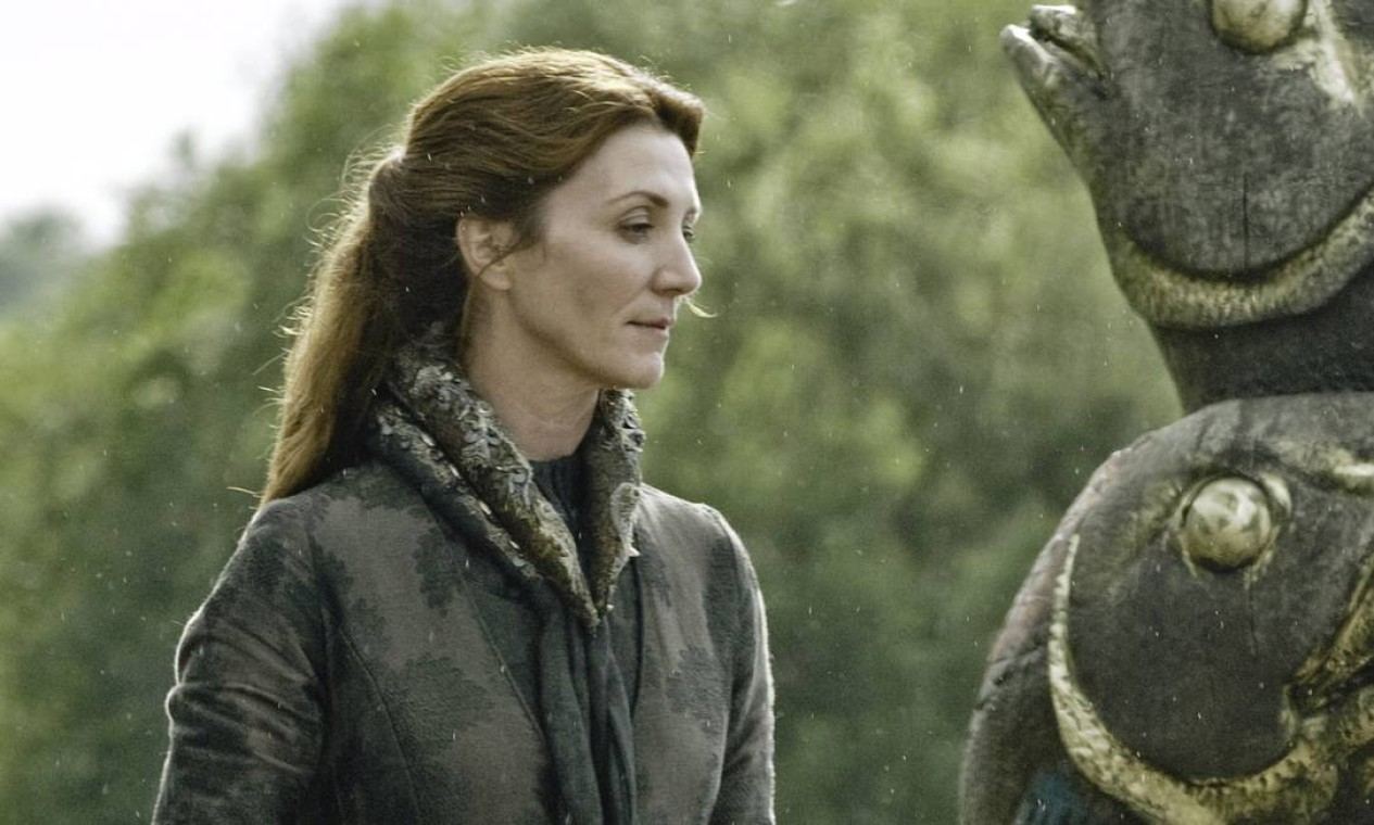 Esposa fiel e mãe cuidadosa, Catelyn faz de tudo para proteger seus filhos em meio às intrigas palacianas de Westeros. Especialmente após a queda da janela que deixa Bran paralítico e a partida de Ned, com Sansa e Arya, para a capital — para onde Sansa vai como prometida do príncipe Joffrey, 'filho' mais velho do rei Robert com a rainha, Cersei Lannister. Catelyn acabará sendo vítima dos maus conselhos de um velho amigo: Petyr Baelish. Foto: Divulgação