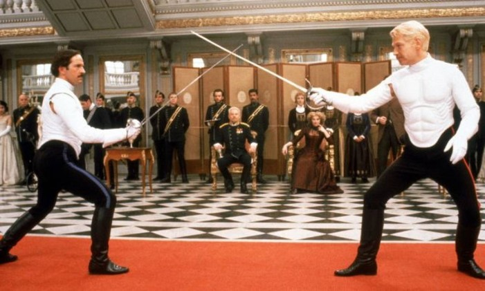 O confronto entre Hamlet (Kenneth Branagh) e Laerte (Michael Maloney) Foto: Divulgação